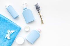 Cosméticos naturales del baño para los niños Botellas y toalla en el copyspace blanco de la opinión superior del fondo Foto de archivo