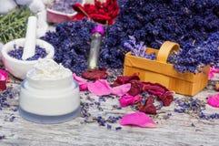 Cosméticos naturales, lavanda y pétalos color de rosa fotografía de archivo