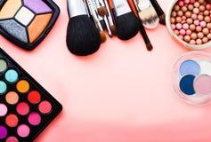 Cosméticos no fundo cor-de-rosa Vista superior Imagem de Stock Royalty Free