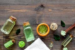 Cosméticos orgánicos con aceite del árbol del té y sal del balneario en copyspace de madera oscuro de la opinión superior del fon imagen de archivo libre de regalías