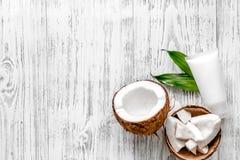 Cosméticos orgánicos con el coco Crema del coco en copyspace de madera de la opinión superior del fondo Fotografía de archivo
