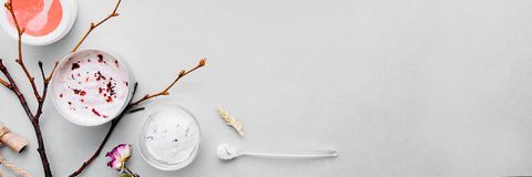 Cosméticos orgânicos com os ingredientes feitos a mão vegetais Termas, assistência ao domicílio: as máscaras, casca, esfregam Nut imagem de stock royalty free
