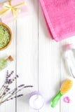 Cosméticos orgânicos naturais para o bebê com alfazema no fundo de madeira Fotos de Stock Royalty Free