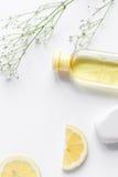 Cosméticos orgânicos naturais para o bebê na opinião superior do fundo branco Imagem de Stock Royalty Free