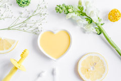 Cosméticos orgânicos naturais para o bebê na opinião superior do fundo branco Imagens de Stock