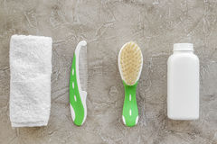 cosméticos para el baño, la toalla y el peine del bebé en la opinión superior del fondo gris Fotos de archivo libres de regalías