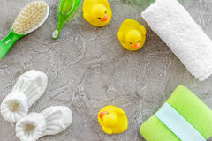 Cosméticos para el baño, la toalla y los juguetes del bebé en el espacio gris de la opinión superior del fondo para el texto Fotos de archivo libres de regalías
