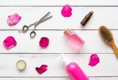 Cosméticos para el cuidado del cabello de las mujeres en la opinión superior del fondo de madera Imágenes de archivo libres de regalías