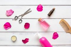 Cosméticos para el cuidado del cabello de las mujeres en la opinión superior del fondo de madera Foto de archivo libre de regalías