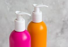 Cosméticos para el cuidado del cabello de las mujeres y balneario en cuarto de baño Fotografía de archivo