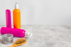 Cosméticos para el cuidado del cabello de las mujeres y balneario en cuarto de baño Foto de archivo