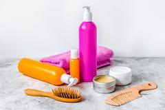 Cosméticos para el cuidado del cabello de las mujeres y balneario en cuarto de baño Fotos de archivo libres de regalías