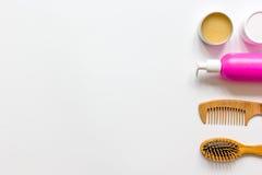 Cosméticos para el haircare de las mujeres en la opinión superior del fondo blanco de la botella Imágenes de archivo libres de regalías