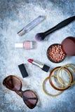 Cosméticos para el maquillaje De moda, ropa del ` s de las mujeres, calzado Imagen de archivo libre de regalías