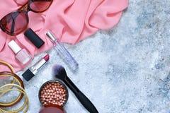 Cosméticos para el maquillaje De moda, ropa del ` s de las mujeres, calzado Fotografía de archivo libre de regalías