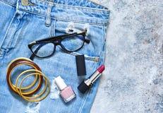 Cosméticos para el maquillaje De moda, ropa del ` s de las mujeres, calzado Foto de archivo libre de regalías