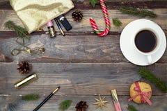 Cosméticos para el maquillaje y decoraciones del Año Nuevo en un backg de madera Imágenes de archivo libres de regalías