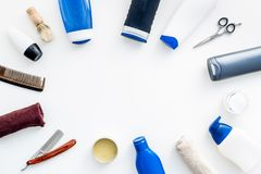 Cosméticos para o cabelo do ` s dos homens As garrafas com champô e gel, ferramentas para escovar, sciccors na opinião superior d imagem de stock royalty free
