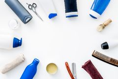 Cosméticos para o cabelo do ` s dos homens As garrafas com champô e gel, ferramentas para escovar, sciccors na opinião superior d foto de stock royalty free
