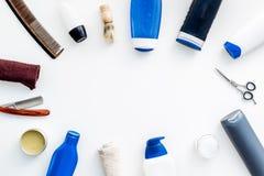 Cosméticos para o cabelo do ` s dos homens As garrafas com champô e gel, ferramentas para escovar, sciccors na opinião superior d fotos de stock royalty free