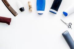 Cosméticos para o cabelo do ` s dos homens As garrafas com champô e gel, ferramentas para escovar, sciccors na opinião superior d imagens de stock royalty free