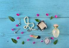 Cosméticos, perfumes y joyería hechos de perlas en un de madera viejo Fotos de archivo