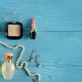 Cosméticos, perfumes y joyería hechos de perlas en un de madera viejo Imagen de archivo