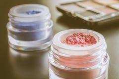 Cosméticos rosados y sombreador de ojos azul con estilo del vintage de la paleta Fotografía de archivo