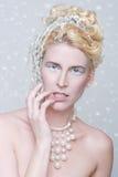 Cosméticos temáticos de la reina del hielo en una mujer hermosa Imagenes de archivo