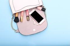Cosméticos y accesorios decorativos para el maquillaje en backgrou azul Imagen de archivo