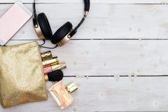 Cosméticos y accesorios decorativos para el maquillaje en de madera blanco Foto de archivo libre de regalías