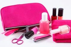 Cosméticos y accesorios para la manicura o la pedicura con el cosmético rosado del bolso Foto de archivo libre de regalías
