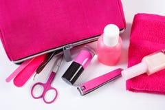 Cosméticos y accesorios para la manicura o la pedicura con el cosmético rosado del bolso, concepto de cuidado del clavo Fotos de archivo