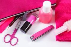 Cosméticos y accesorios para la manicura o la pedicura con el cosmético rosado del bolso, concepto de cuidado del clavo Foto de archivo libre de regalías