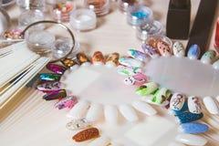 Cosméticos y accesorios para la manicura o la pedicura, concepto de clavo, mano Fotos de archivo