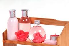 Cosméticos y botellas del BALNEARIO que se colocan en un estante Fotografía de archivo libre de regalías