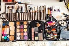 Cosméticos y cepillos del maquillaje en la tabla Foto de archivo libre de regalías