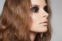 Cosméticos y maquillaje. Modelo con el pelo largo del volumen Foto de archivo libre de regalías