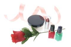 Cosméticos y Rose roja Imagen de archivo
