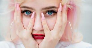 Cosméticos y skincare del maquillaje Pérdida y cuidado de pelo Retrato de la moda de la mujer Coloración del cabello salón de bel imágenes de archivo libres de regalías