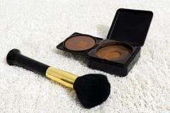 Cosmétique de poudre de Bronzer avec l'applicateur de brosse photographie stock