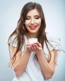 Cosmétique de soins de la peau de prise de jeune femme Nettoyez la peau Femelle de beauté images libres de droits