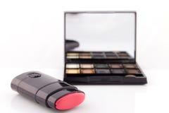 Cosmétique, rouge à lèvres sur le fond blanc Image stock
