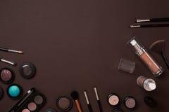 Cosmétiques colorés sur le lieu de travail brun avec l'espace de copie Les cosmétiques composent des objets d'artiste : rouge à l Image stock