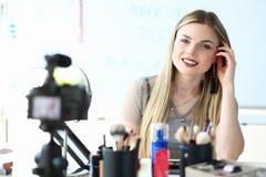 Cosmétiques de enregistrement de Vlogger de beauté utilisant le conseil image libre de droits