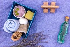 Cosmétiques de fines herbes naturels de station thermale avec l'extrait de lavande - savon, sel, serviette, brosse de massage, g images stock
