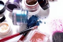 Cosmétiques et brosses professionnels pour le maquillage sur un fond blanc Photographie stock libre de droits