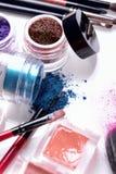 Cosmétiques et brosses professionnels pour le maquillage sur un fond blanc Image libre de droits