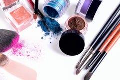 Cosmétiques et brosses professionnels pour le maquillage sur un fond blanc Image stock