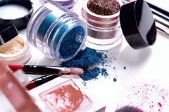 Cosmétiques et brosses professionnels pour le maquillage sur un fond blanc Photo libre de droits